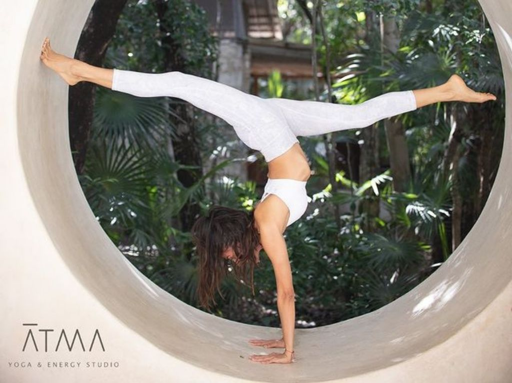 Practica yoga en Atma Yoga & Energy Studio